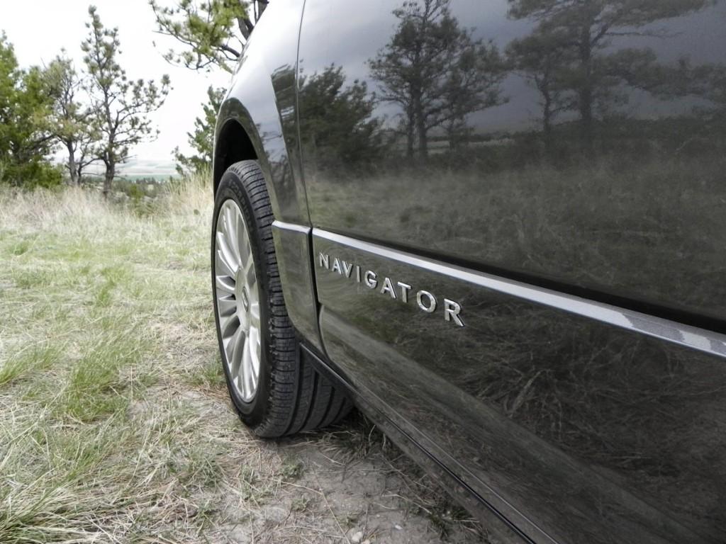 2015 Lincoln Navigator - closeup 1 - AOA1200px