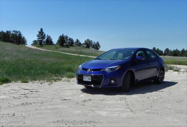 2016 Toyota Corolla - hillside 1 - AOA1200px