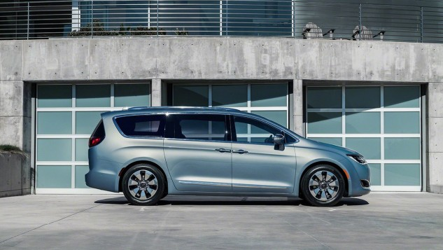 2017 Chrysler Pacifica Hybrid-side