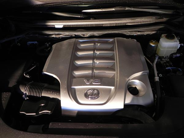 2016 Lexus LX 570 - engine 1 - AOA 1200px