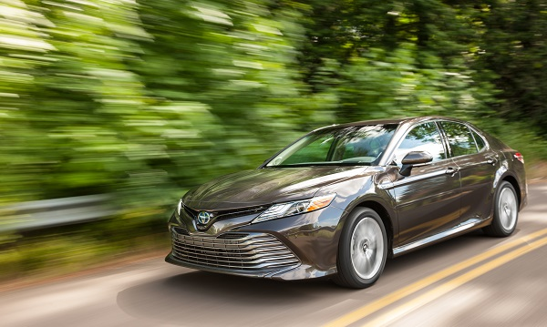 2018_toyota_camry_xle_hybrid_motion