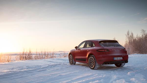 macan_turbo_with_performance_package_winter_driving_event_finland_2016_porsche_ag